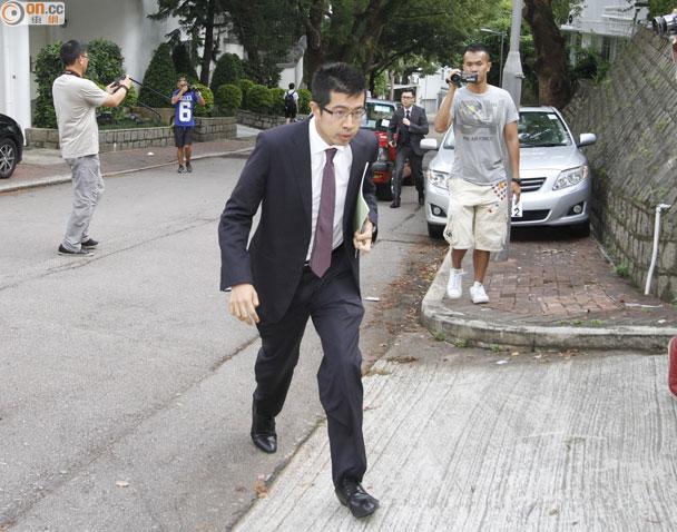 香港廉政公署人员进入壹传媒主席黎智英大宅调查