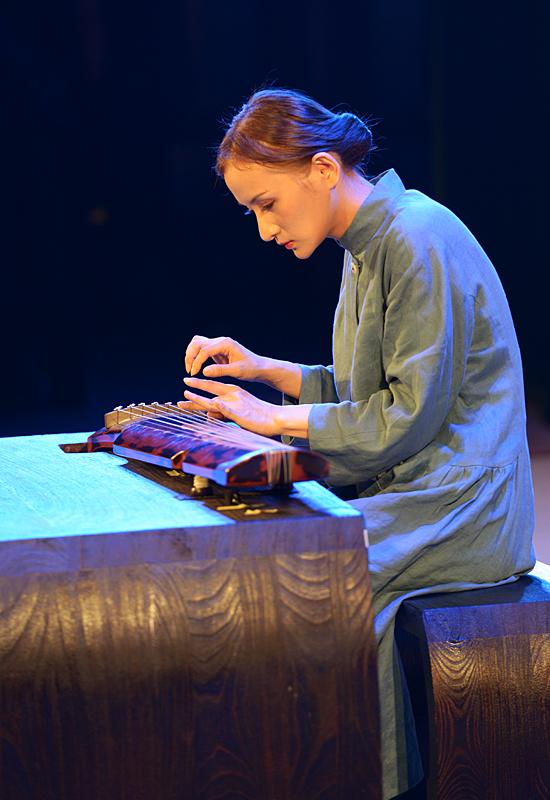 著名青年古琴演奏家倪羽朦在古琴音乐会上弹奏名曲《长门怨》.图片