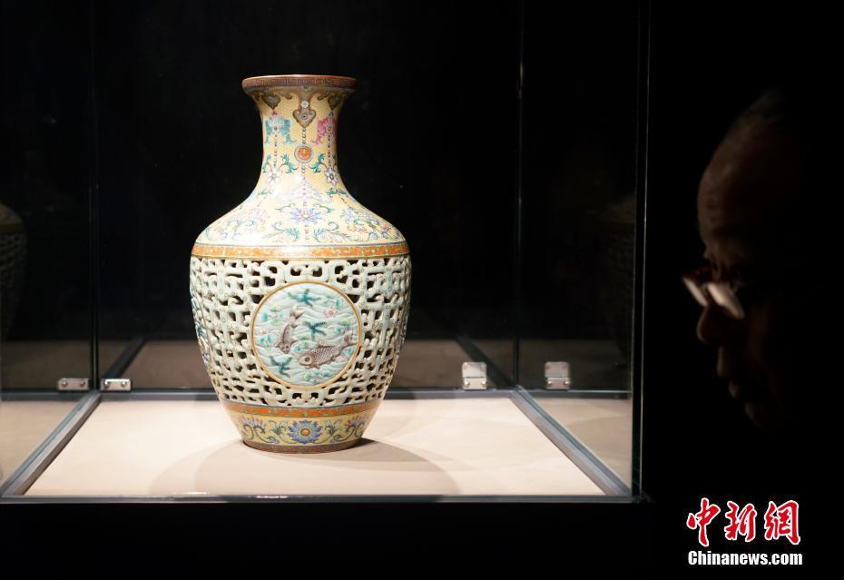 香港苏富比秋拍 两件清乾隆瓷器成交价合计数亿港元