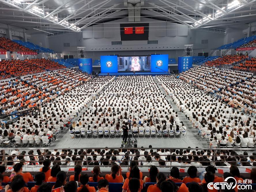 武汉大学开学典礼monster歌词 七千新生歌咏祖国