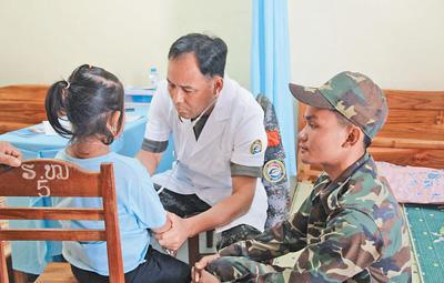 """""""和平列车""""医疗队服务活动受到老挝军民称赞"""