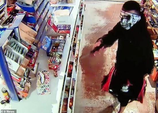 歹徒持大菜刀闯入抢劫 澳9岁华人女孩冷静救全家