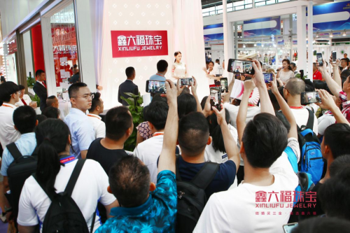 惊艳四座!鑫六福珠宝钻石婚纱空降2019深圳国际珠宝展