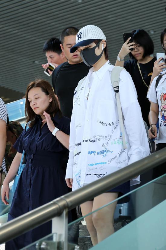 <b>李宇春涂鸦衬衫叠穿T恤清新减龄 大长腿惹人羡慕</b>
