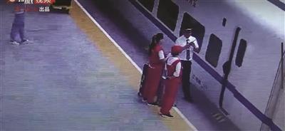 南京一女大学生背包卡车门 致高铁晚点5分钟