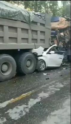 山西发生严重车祸,小轿车惨遭两辆大货车夹击,2人当场丧命