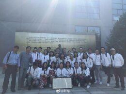 靳东与老师同学穿校服合照 重回校园20年情谊深厚