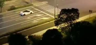 太嚣张了!晚上11点,这辆白色法拉利还在炸街!附近居民忍无可忍
