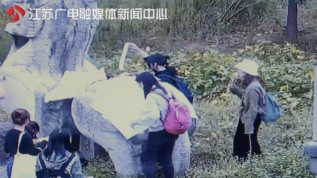 """南朝石刻被盗拓追踪:带队老师称""""不知是违法""""清洗费由其承担"""
