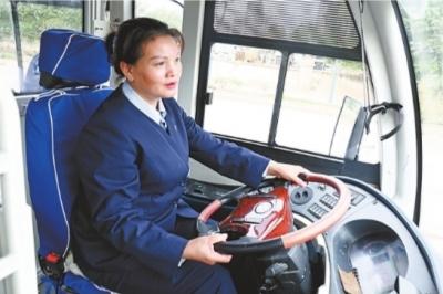 """""""周师傅就是我的另一双眼睛"""" 暖心公交女司机两年悉心关照盲人乘客"""