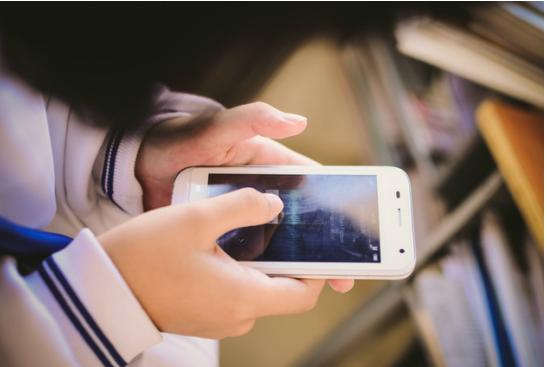 孩子假期过度沉迷手机 家长应该怎么做?