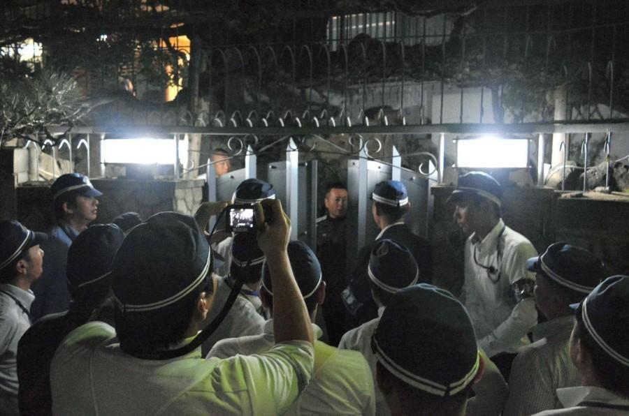 日本黑帮火拼当街杀人 大批警力深夜出动 包围山口组总部!(图)