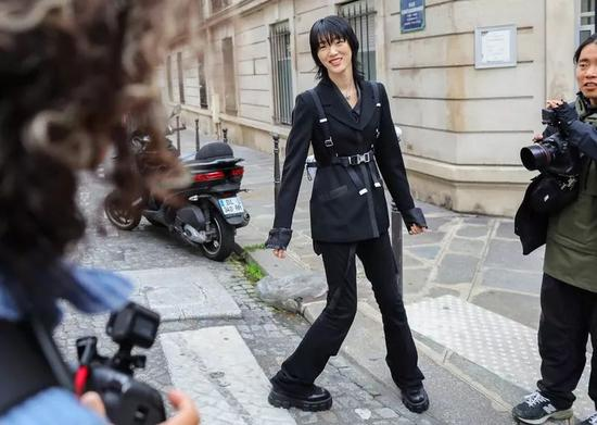 时装周场外街拍的时尚博主们,都在穿这4双鞋