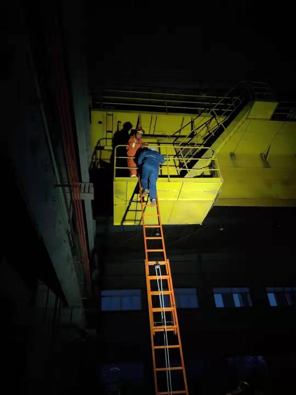 突然停电,3名女塔吊司机被困6米高空,这时天黑了