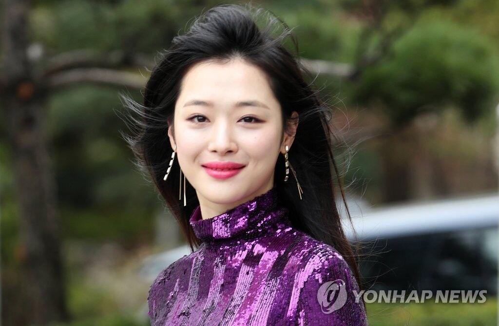 韩媒:雪莉突然死亡,韩演艺圈哀悼,多名艺人取消活动