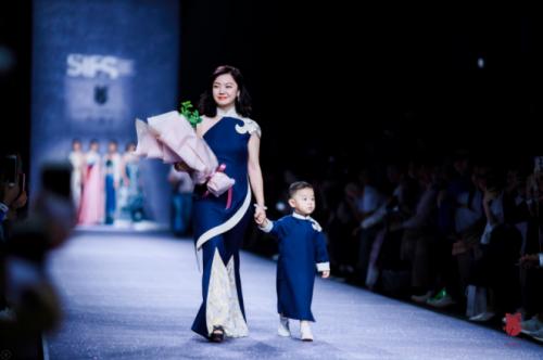 叶青携婉珺玺震撼上海时装周 超模宋文熙惊艳演绎中西之美