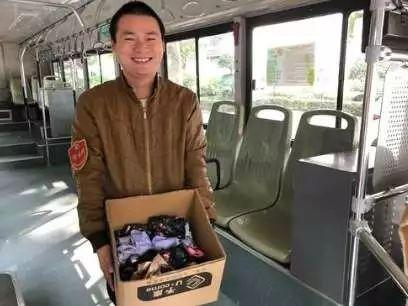 暖!郑州公交车长借出一把伞 乘客送回一箱伞