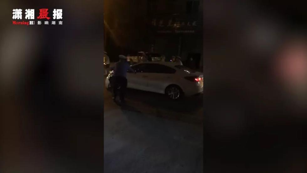女子驾车冲关撞伤4名交警,一查科目一都没过