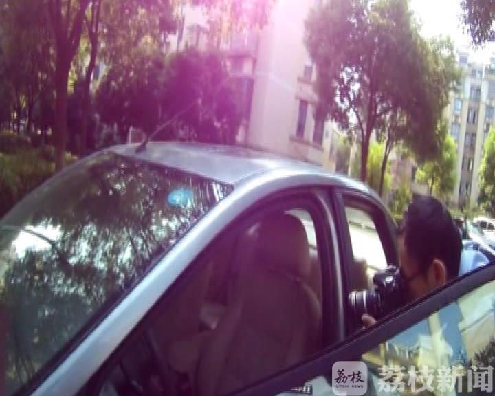 车窗未关钱被盗 男子监控现原形