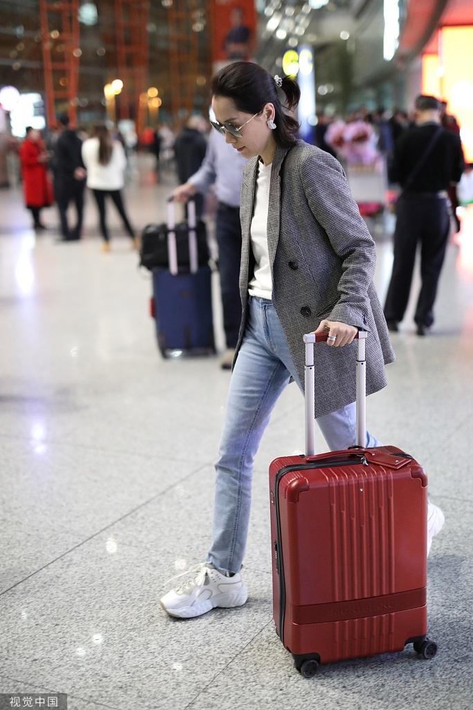 海清穿格子西裝盡顯干練氣質 自推行李快走氣場在線