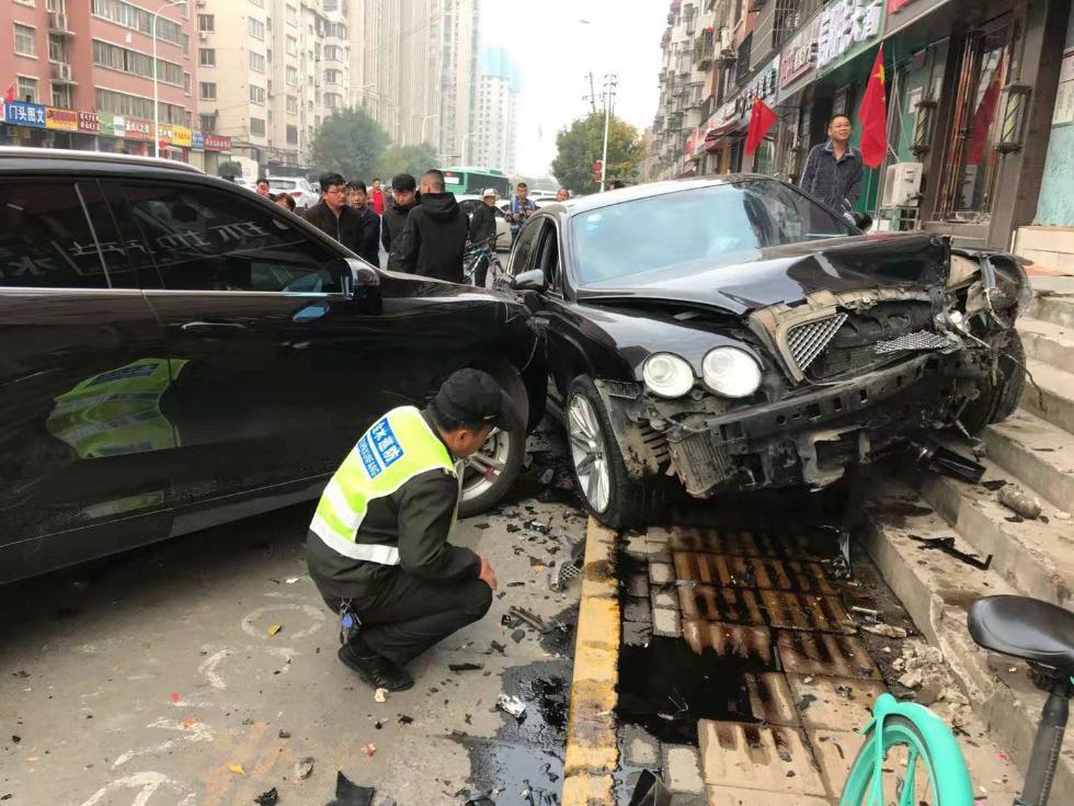 郑州街头宾利撞向路边车情况严重,交警:事故系驾驶员疲劳驾驶所致