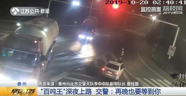 超载3倍货车深夜被逮 车身咔咔响轮胎被压扁