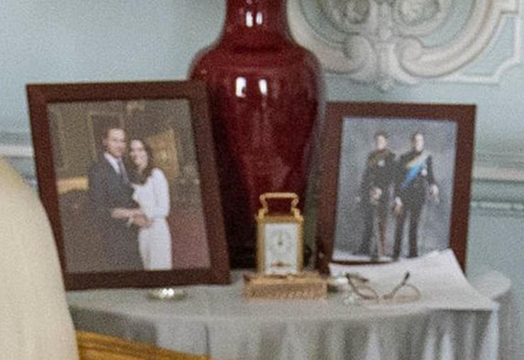 女王对梅根不满?英媒曝哈里夫妇合照从白金汉宫客厅消失