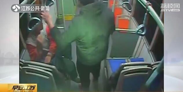 <b>男子公交车上骚扰女性还亮刀 女司机沉着应对化险情</b>