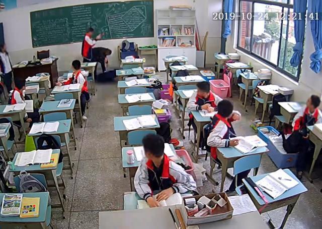 """四川遭学生持砖砸伤老师被称""""为人温柔负责"""",医院仍在抢救"""