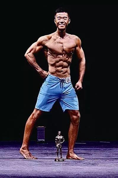 <b>大长腿!人鱼线!温州190斤硕士小伙健身后爆红,拿下国际冠军</b>