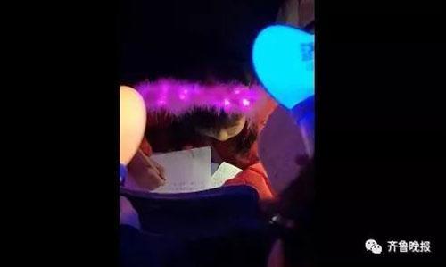 """""""作业一带,谁都不爱!""""小学生在周杰伦演唱会现场写作业!网友:史上成本最高写作业"""