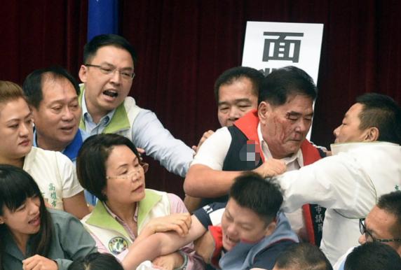 """开会时打架溅血还集体捏""""惨叫鸡"""",台湾议场这一幕太暴力"""