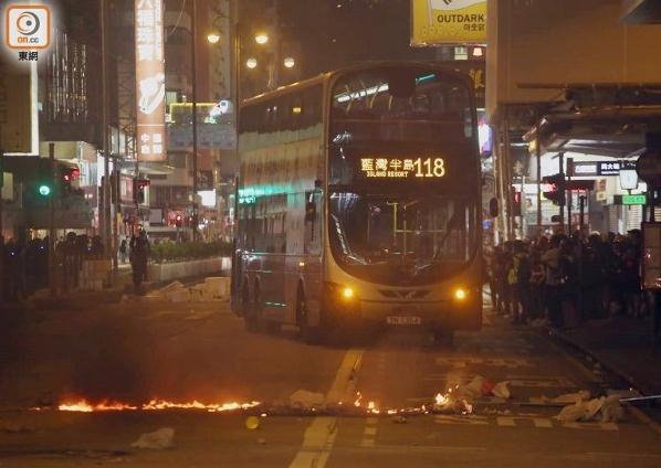 香港警方拘捕200多人,强烈谴责暴徒昨日目无法纪的暴力、破坏行为