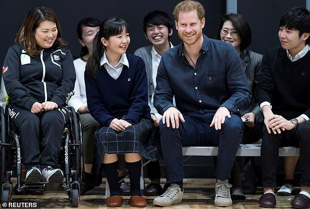 求生欲太强!日本女学生投来崇拜目光 哈里赶忙秀出婚戒