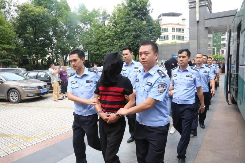 """团伙以""""钻石画代加工""""订单为诱饵诈骗,重庆警方抓获33人"""