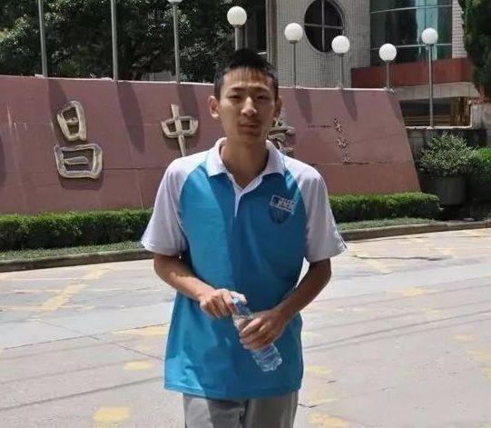 刚成为高考状元,浙江男孩却被确诊白血病!他梦想进浙大,如今所有人都为他鼓掌