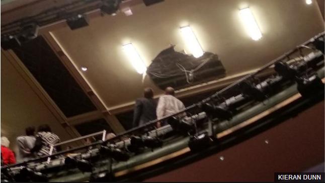 <b>伦敦一剧院天花板突然坍塌 超千人紧急撤离</b>