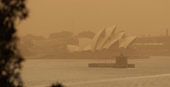 """澳大利亚大火达""""灾难级"""" 悉尼歌剧院因空气污染若隐若现"""