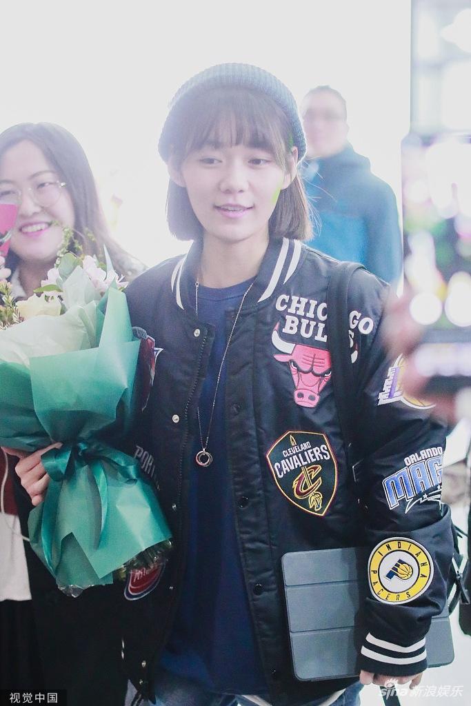 段奥娟梳齐刘海少女感十足 怀抱鲜花笑容超甜