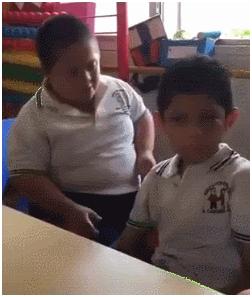 暖心!墨西哥一唐氏综合症男孩用拥抱安慰自闭症同学,视频火了