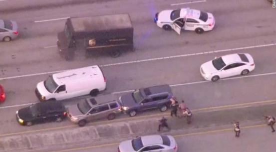 美19名警察与2名劫匪枪战人质劫匪全死,消息人士:警察开了超过200枪