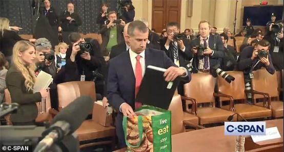 """刚逛完菜市场?美国共和党律师参加弹劾调查听证会,""""公文包""""很抢眼!"""