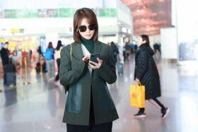 蓝盈莹分手后现身机场 穿绿色小西装又美又飒御姐范