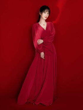 杨紫红色泡泡袖长裙复古优雅 麻花辫编发不失可爱俏皮
