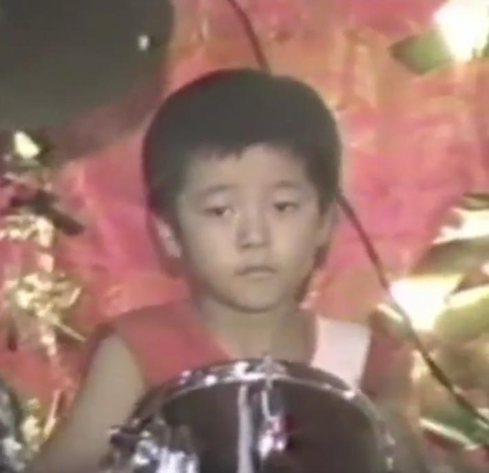 罗志祥分享童年打架子鼓视频 表情自信超有范