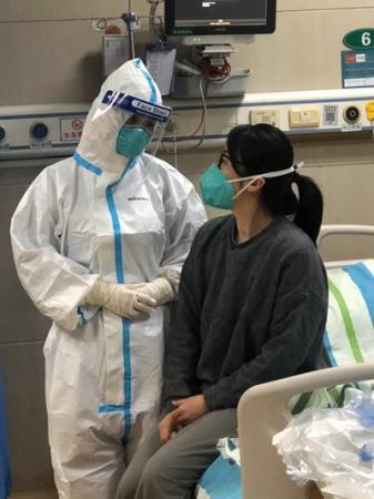 新冠肺炎康复后复工的护士:看我站在那 病人心安