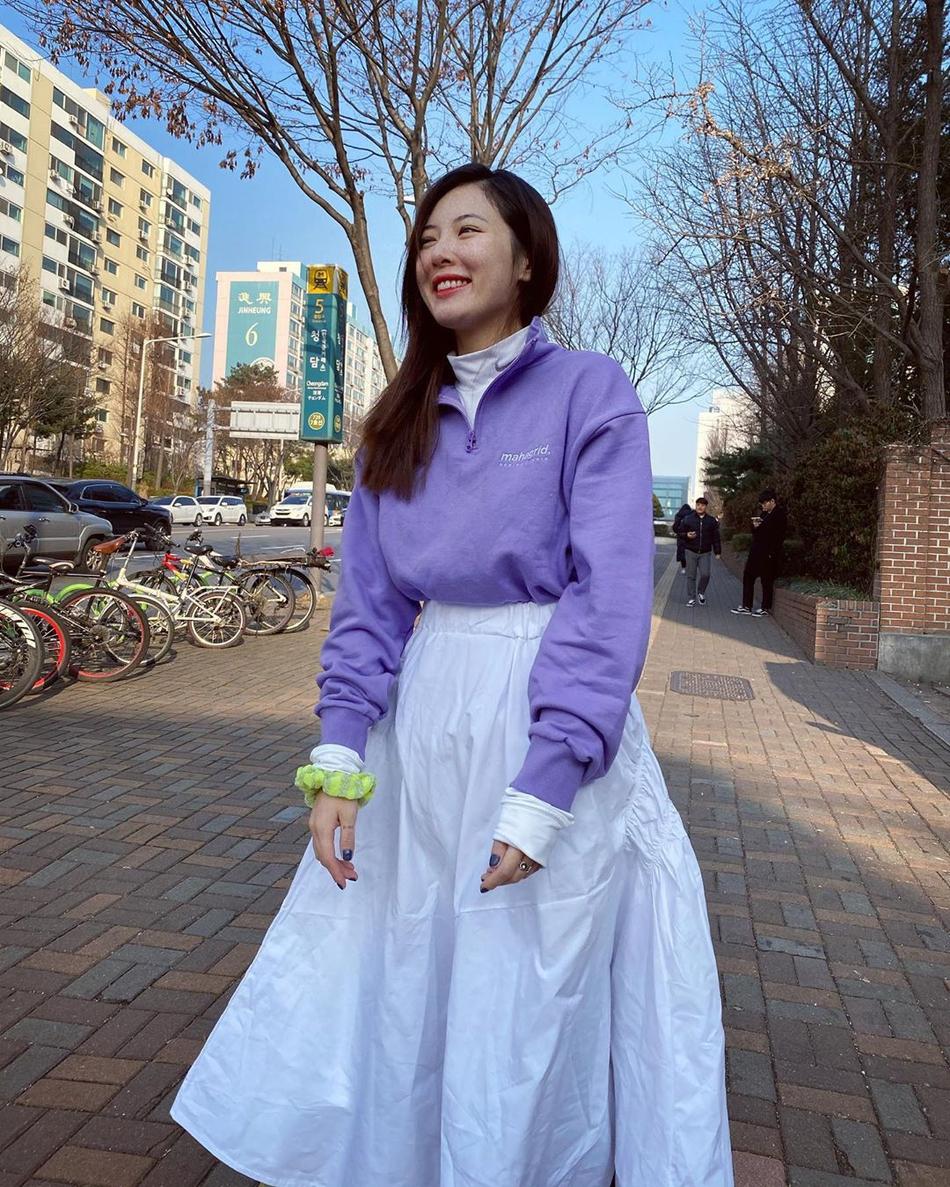 泫雅晒美照笑容灿烂 紫色卫衣搭白裙青春活力