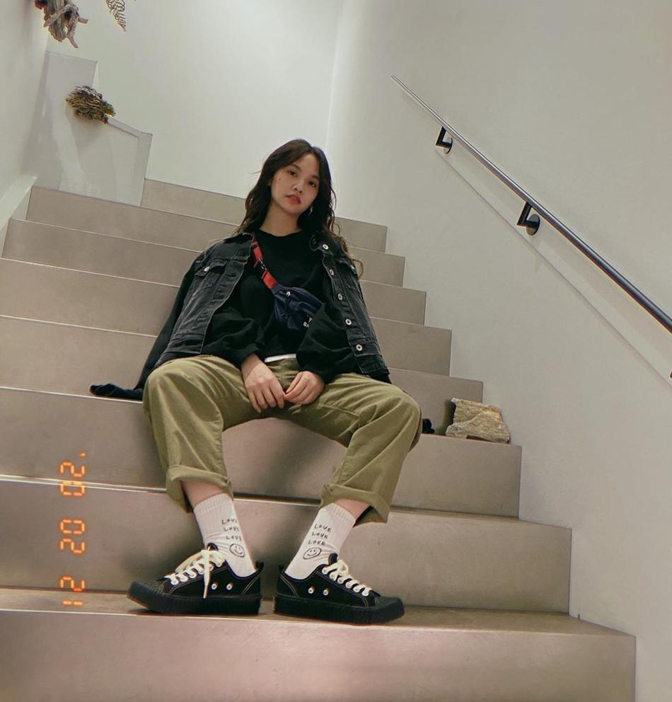 杨丞琳晒穿搭潮范十足 披黑色外套坐楼梯凹造型