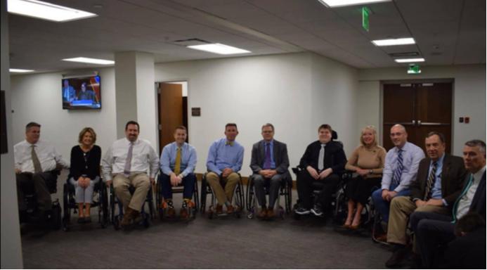 """14岁美国男孩发起""""坐轮椅""""挑战 当地议员体验坐轮椅上班"""