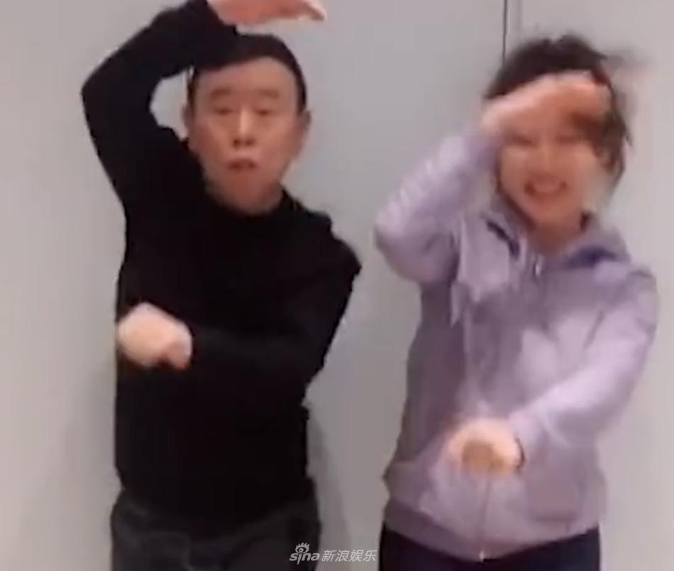 潘长江与女儿一同跳骑马舞 画风逗趣乐坏网友